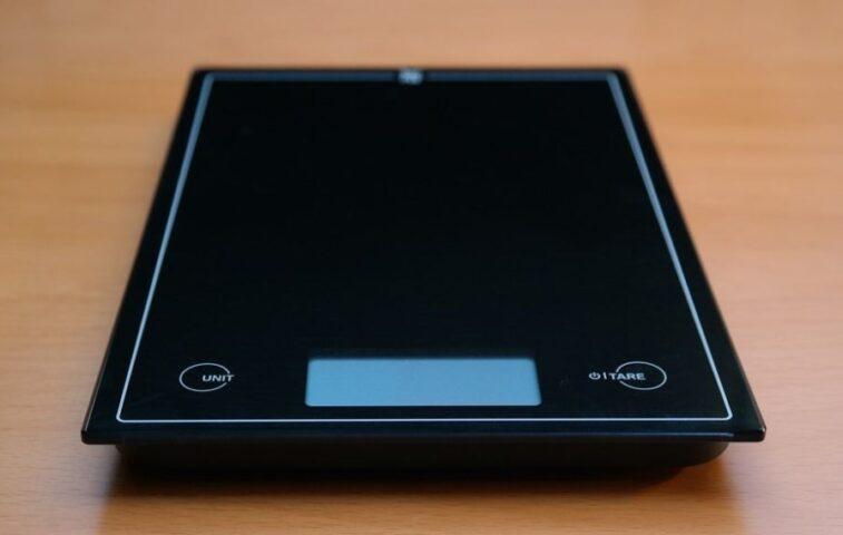 jak prawidłowo korzystać z elektronicznej wagi kuchennej