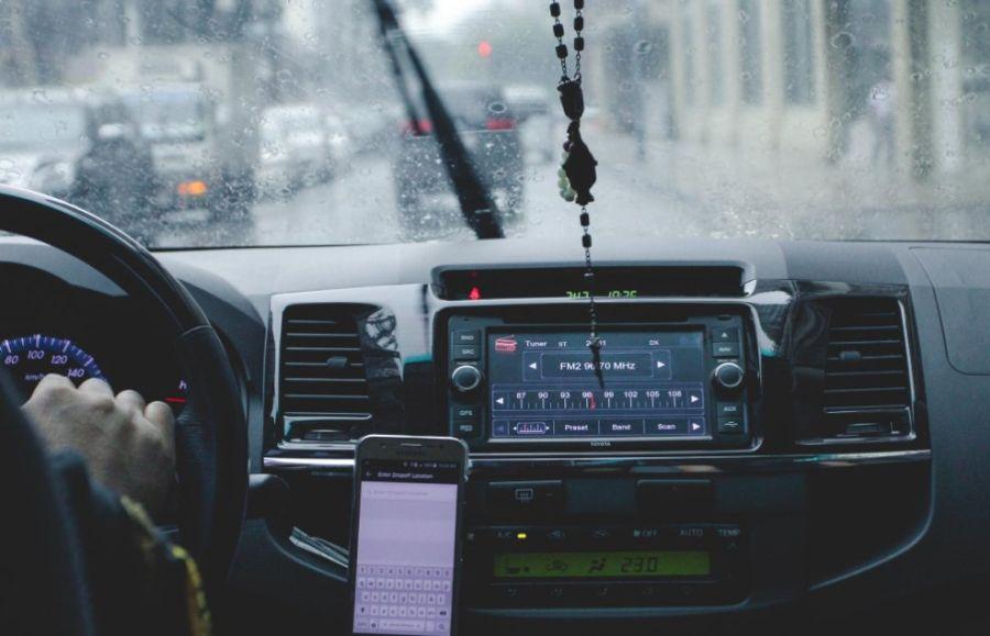 Smartfon w uchwycie samochodowym