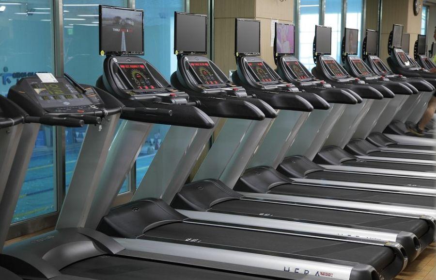 nowoczesne bieżnie elektryczne w klubie fitness