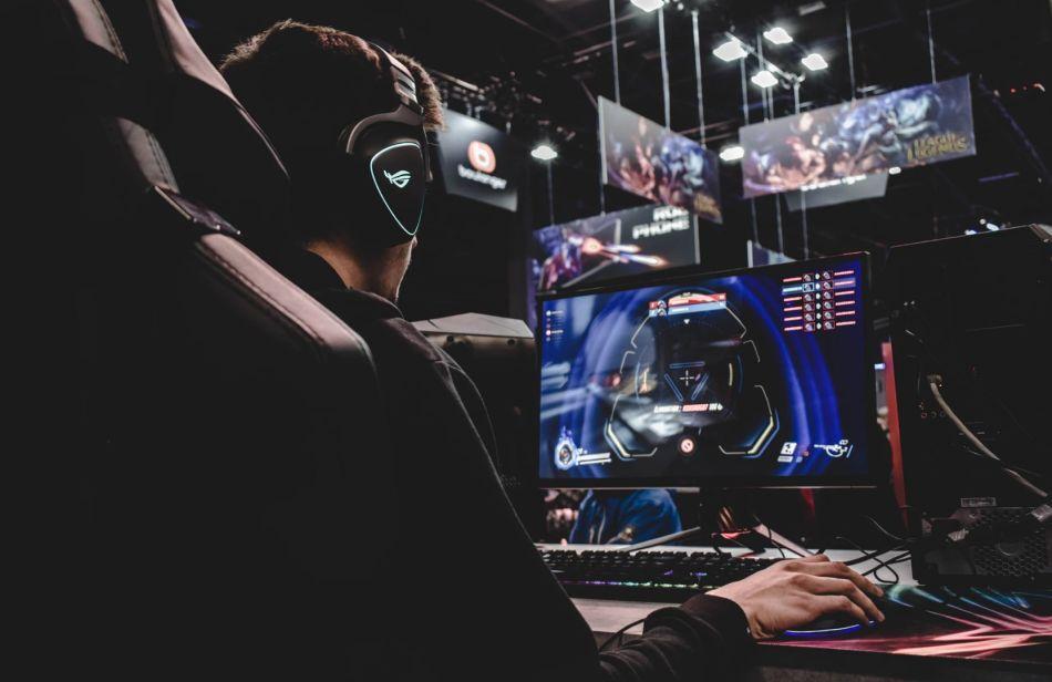 profesjonalny gracz na fotelu gamingowym