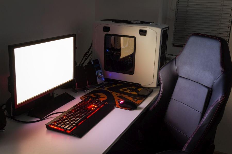 Fotel gamingowy przy komputerze i biurku