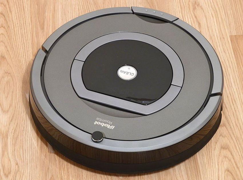 odkurzacz automatyczny iRobot na drewnianej podłodze