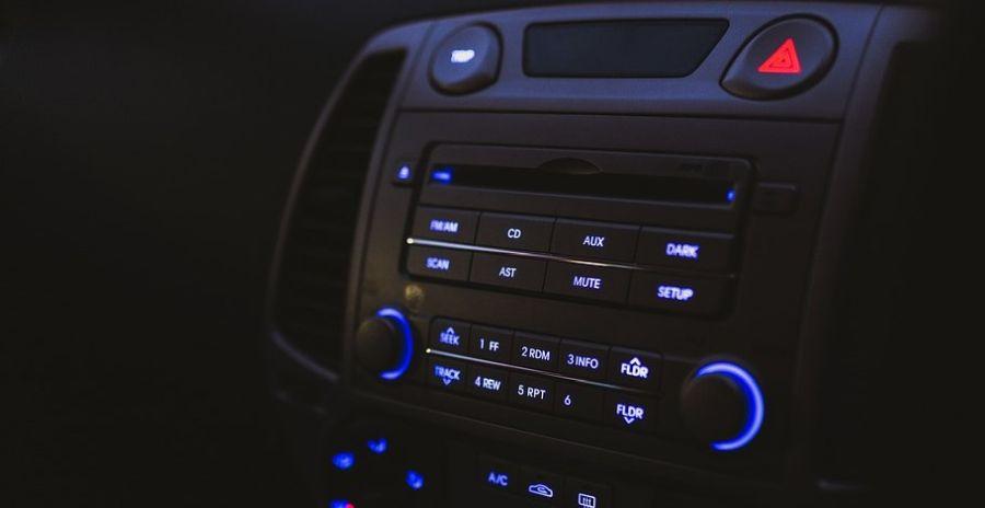wbudowane radio w samochodzie