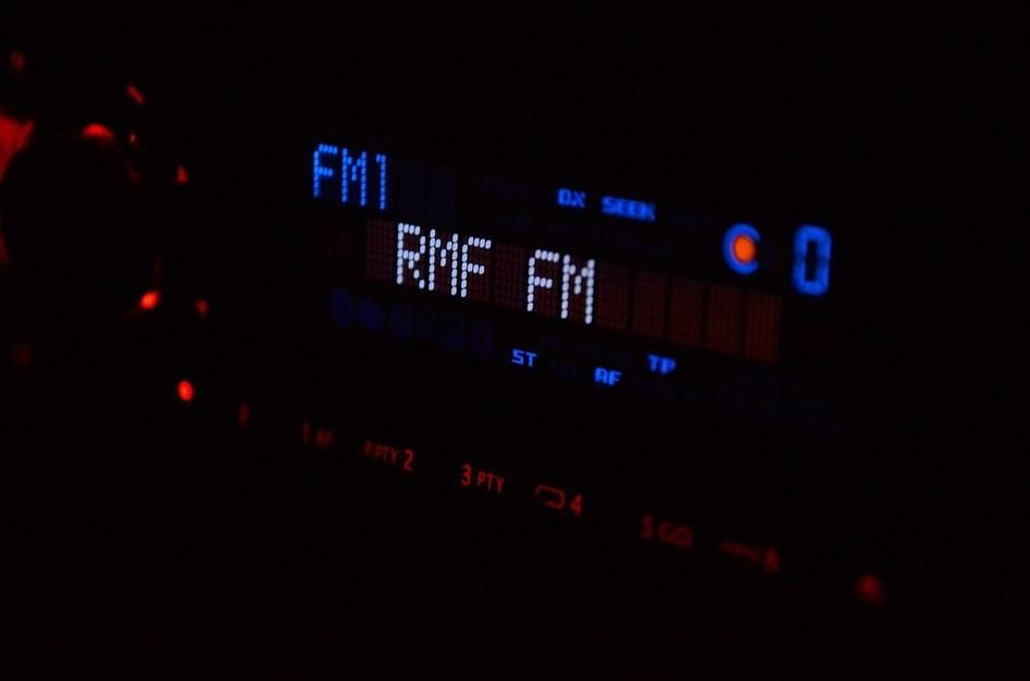 Odbiór fal radia w samochodzie