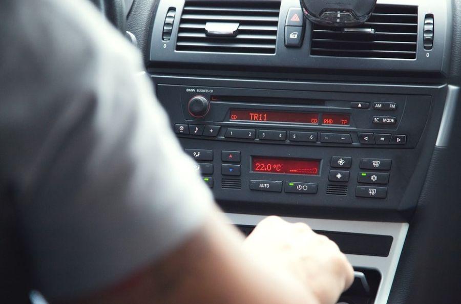 Przestarzały i zabudowany radioodtwarzacz samochodowy