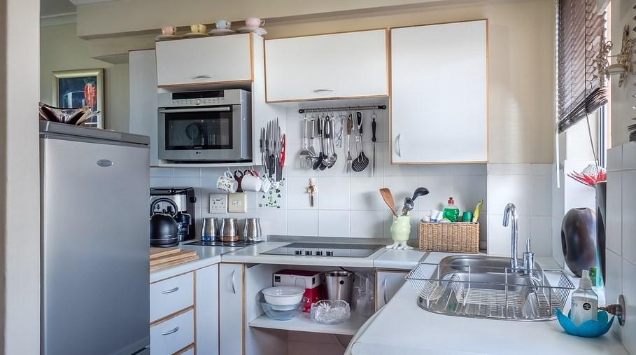 mikrofalówka zabudowana w kuchennej szafce
