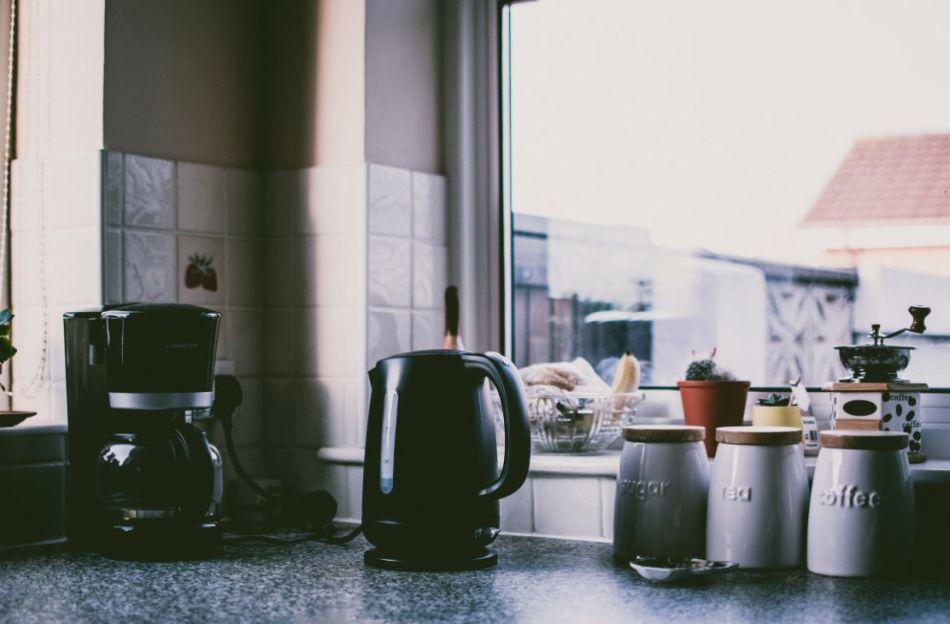 czajnik elektryczne na kuchennym blacie