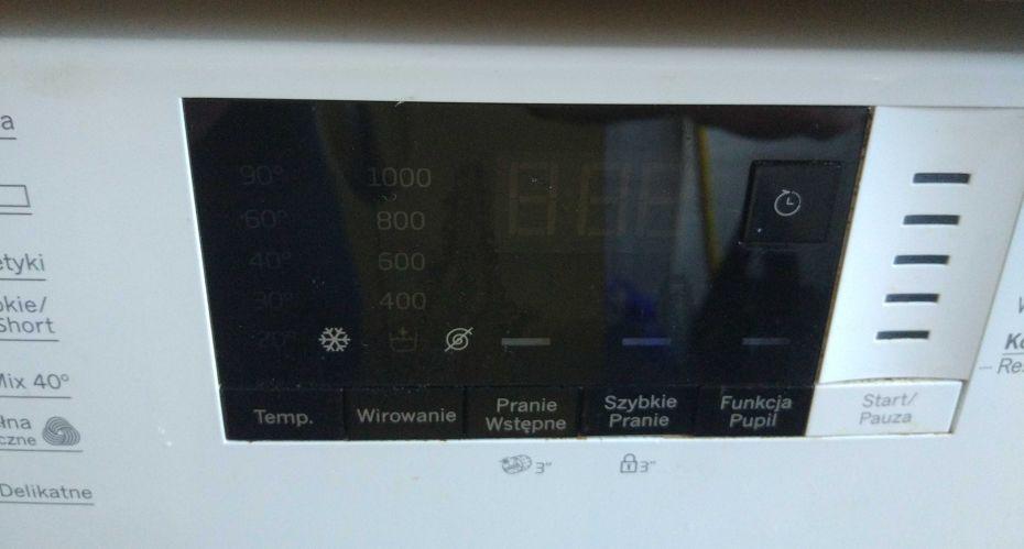 czarny wyświetlacz na panelu sterowania pralki BEKO