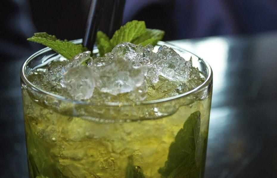 Drink z lodem i miętą