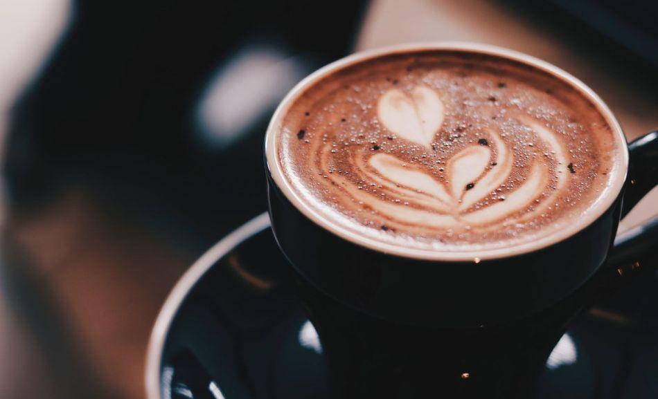gorąca kawa ze wzorem na powierzchni