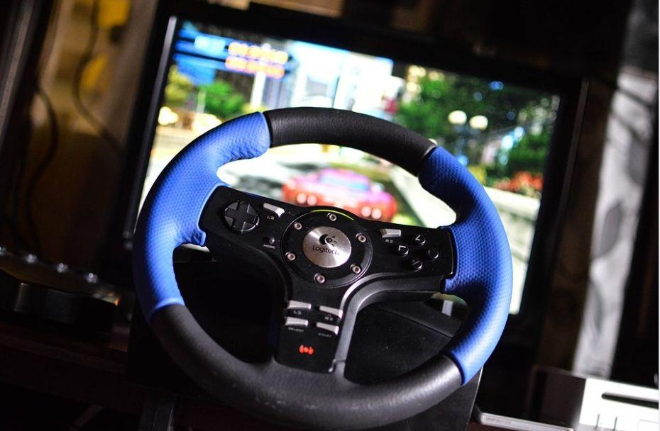 Kierownica do gier przed monitorem