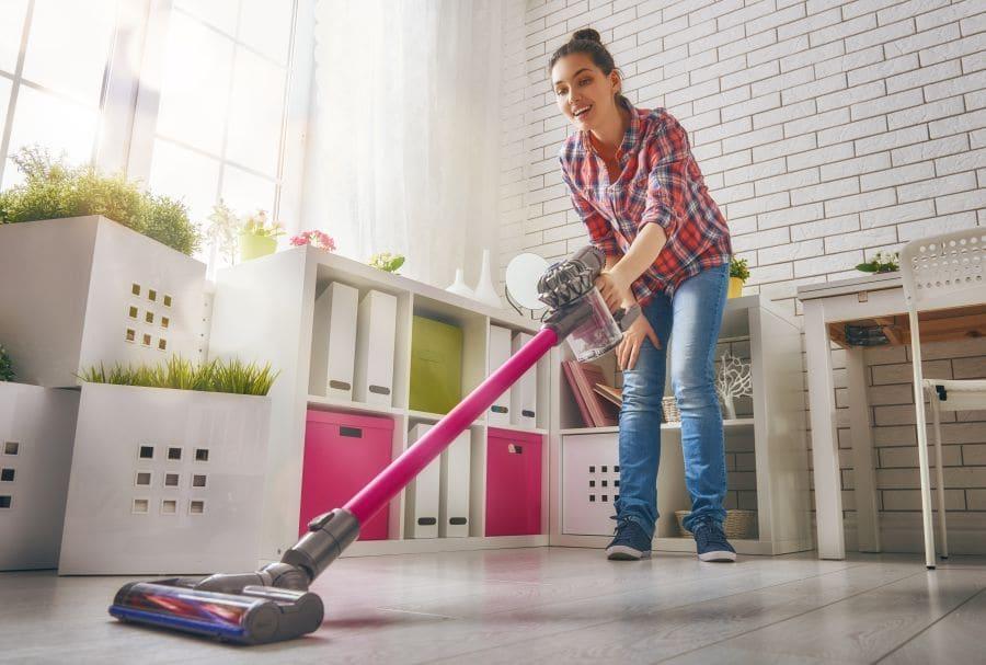 Kobieta łatwo sprząta odkurzaczem pionowym