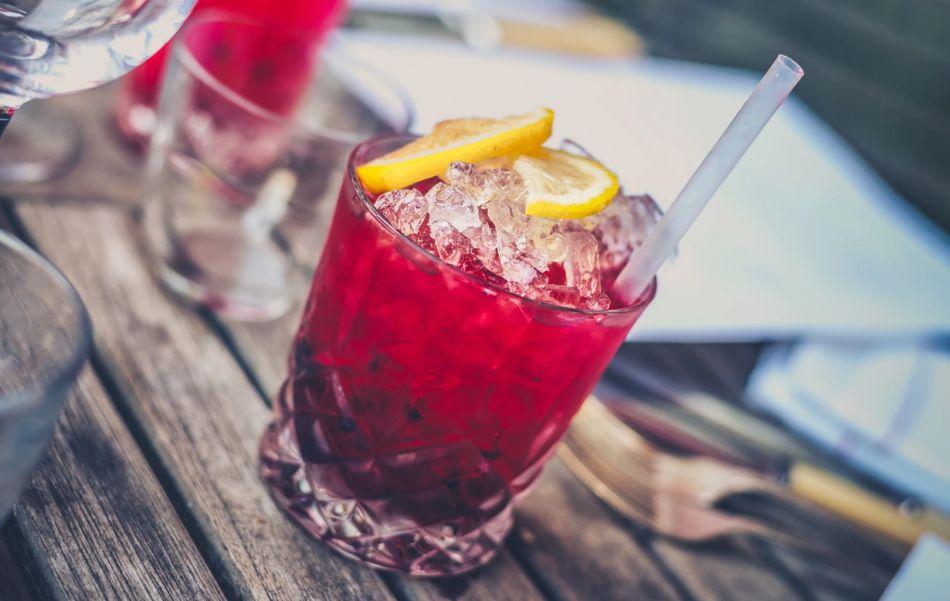 czerwony drink z lodem i cytryną