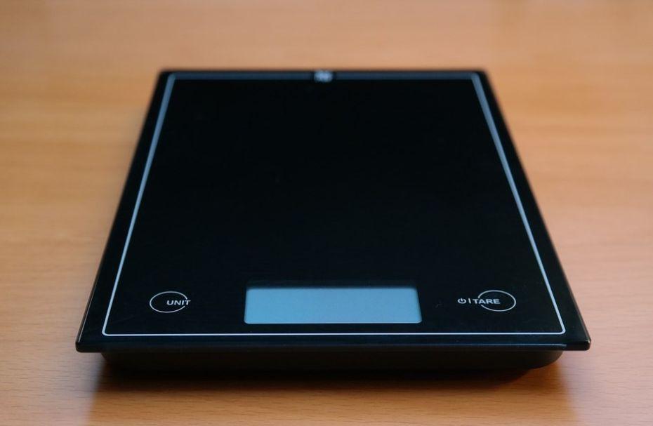 czarna elektroniczna waga kuchenna