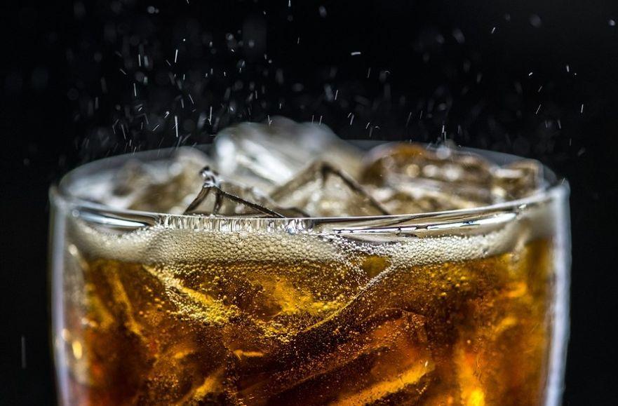 Gazowany napój z kostkami lodu