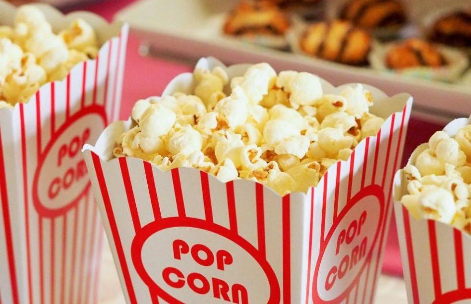 Paczka dobrze wyprażonego i smacznego popcornu