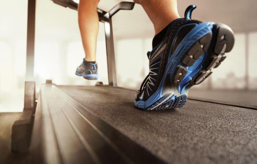 bieganie po pasie biegowym bieżni