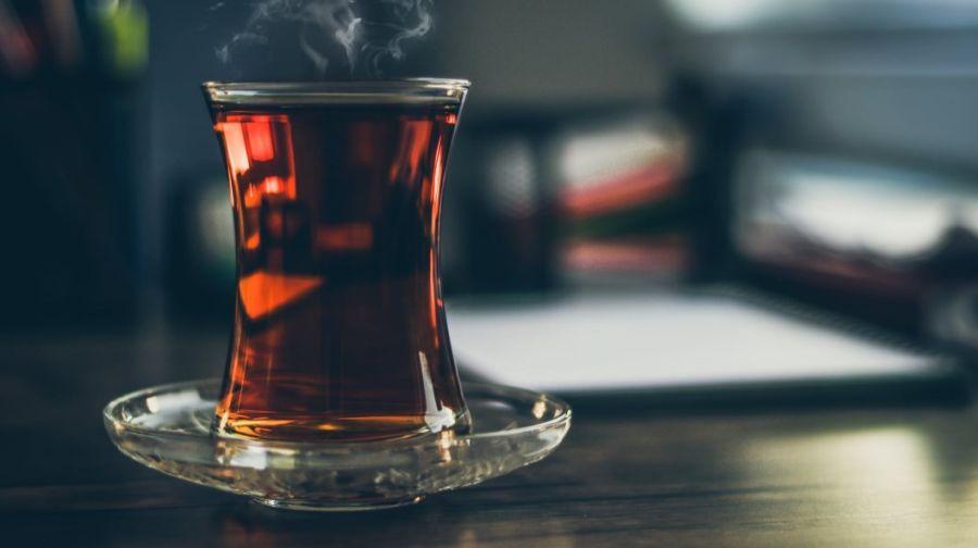 czarna herbata w szklance na spodeczku