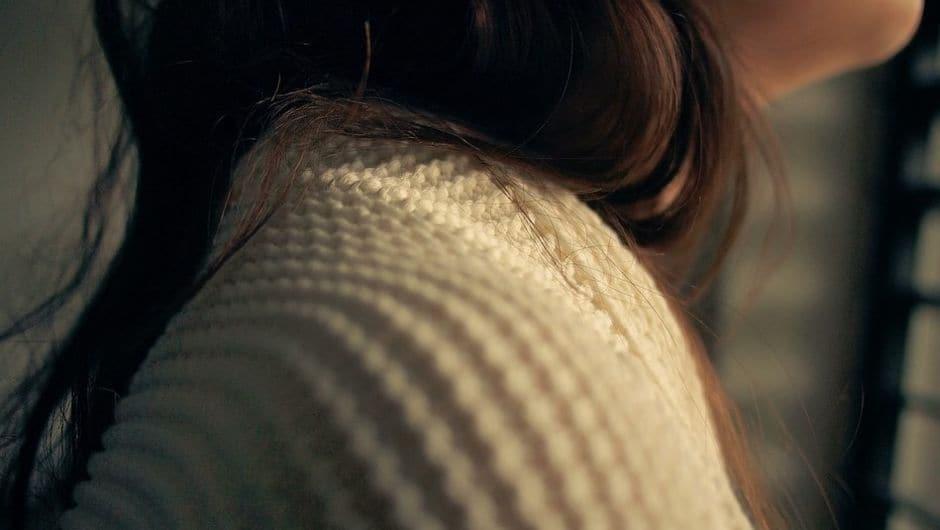 sweter, który może drapać i gryźć