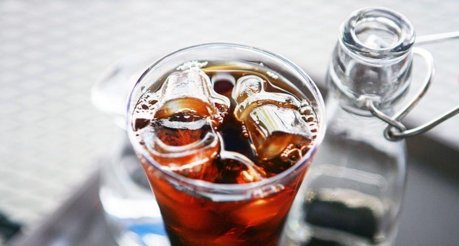 owocowy napój z kostkami lodu