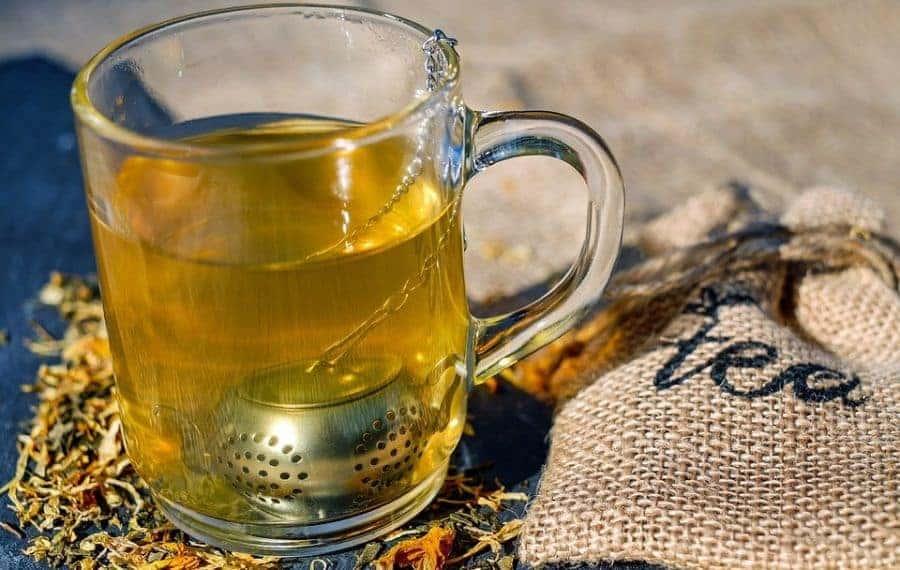 parzenie herbaty zaparzaczem