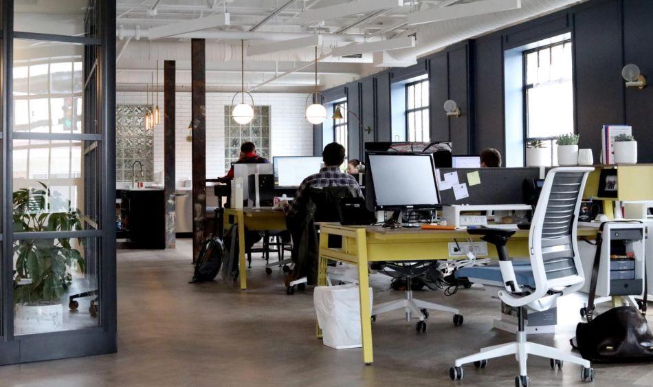 biuro z wieloma stanowiskami pracy