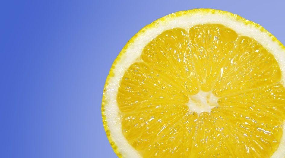 czyszczenie mikrofali przekrojoną cytryną