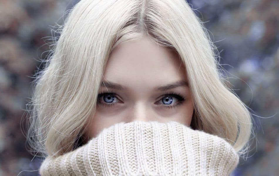 blondynka w swetrze nasuniętym na twarz