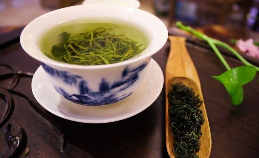 zielona herbata w filiżance na spodeczku