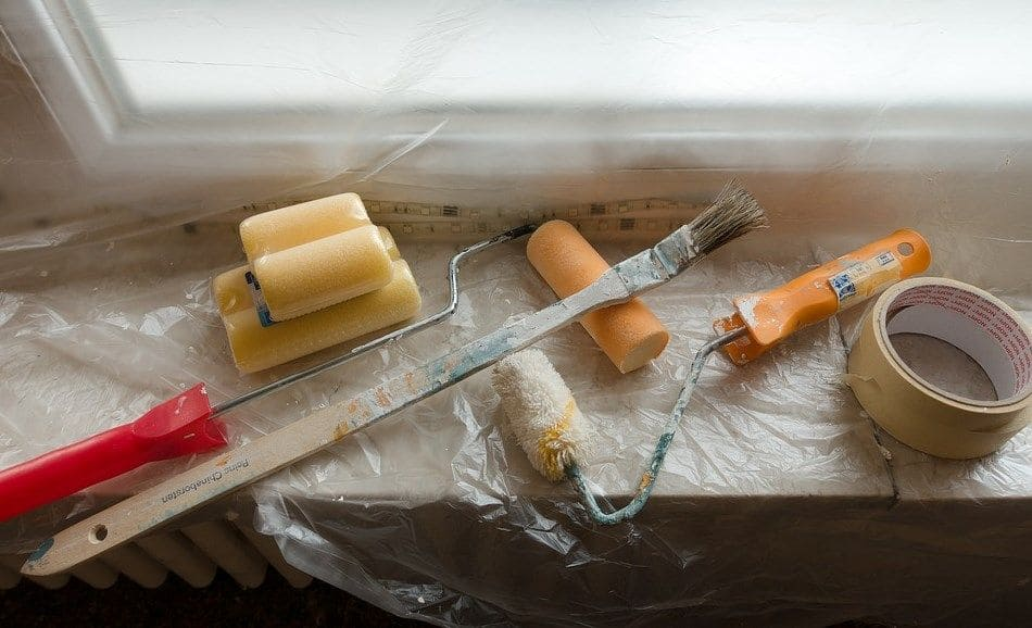 narzędzia malarskie na parapecie w folii