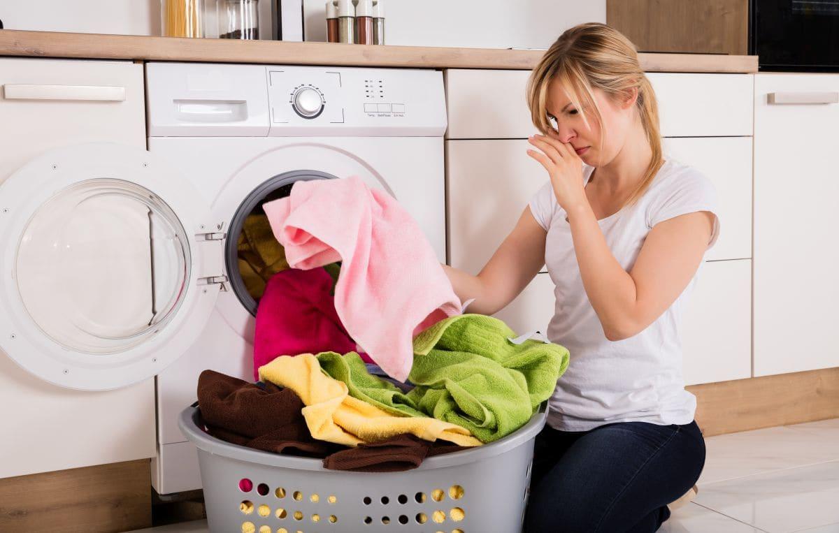 sposoby na pozbycie się smrodu stęchlizny z ubrań