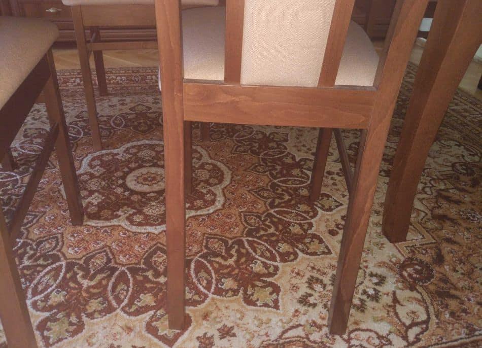 rozstaw nóg krzeseł jest zbyt mały na robota sprzątającego