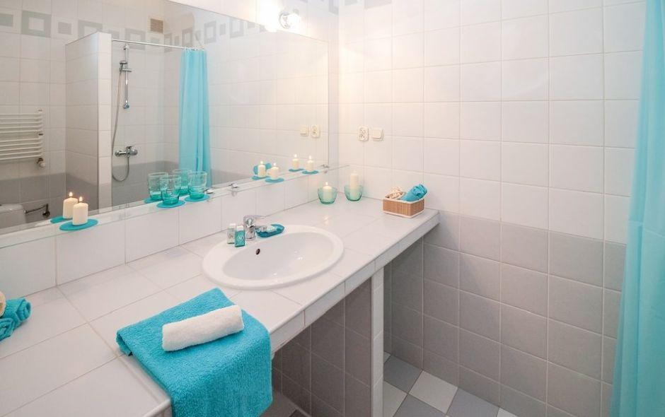 piękna łazienka z wypucowanymi kafelkami i płytkami