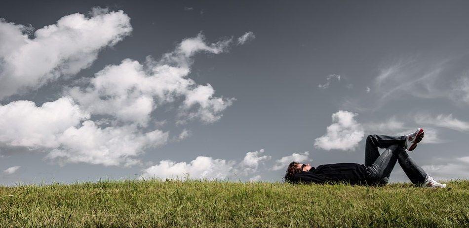 leżenie na trawie i patrzenie w niebo