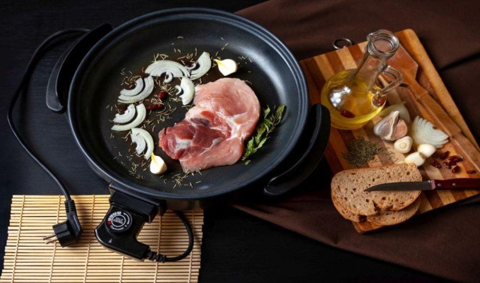 smażenie mięsa z warzywami na patelni elektrycznej