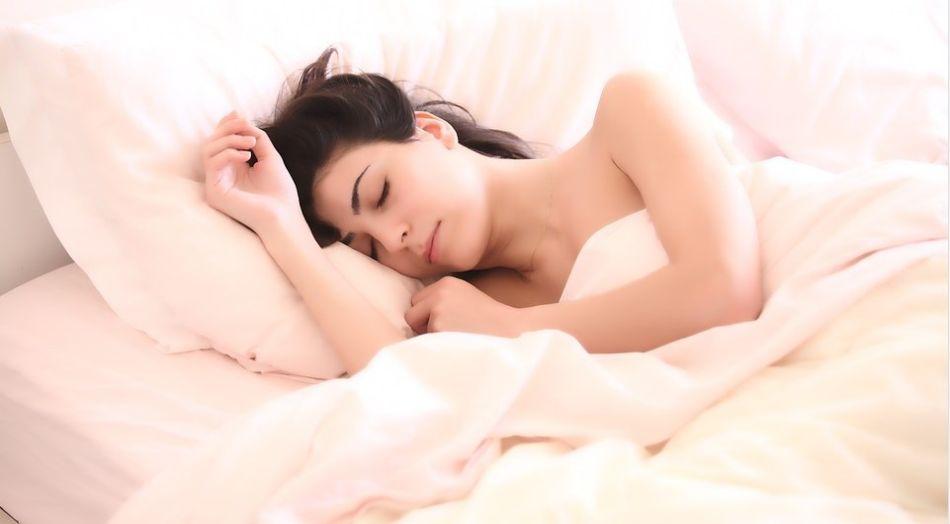ładna młoda kobieta, która bezstrosko sobie śpi