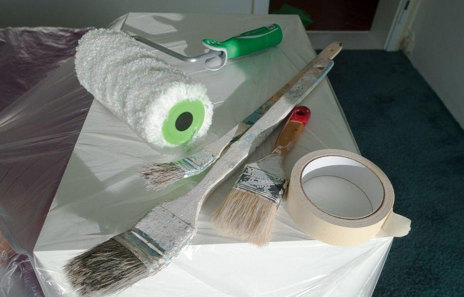narzędzia remontowe na zafoliowanym meblu