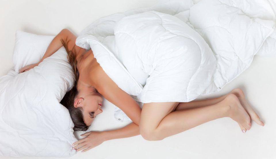 kobieta śpiaca w swoim łóżku