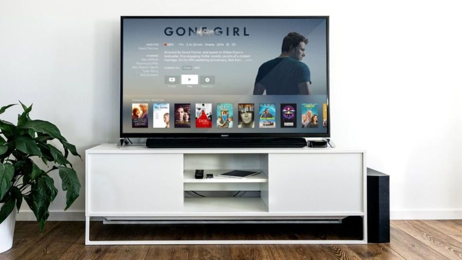 soundbar między nóżkami smart tv