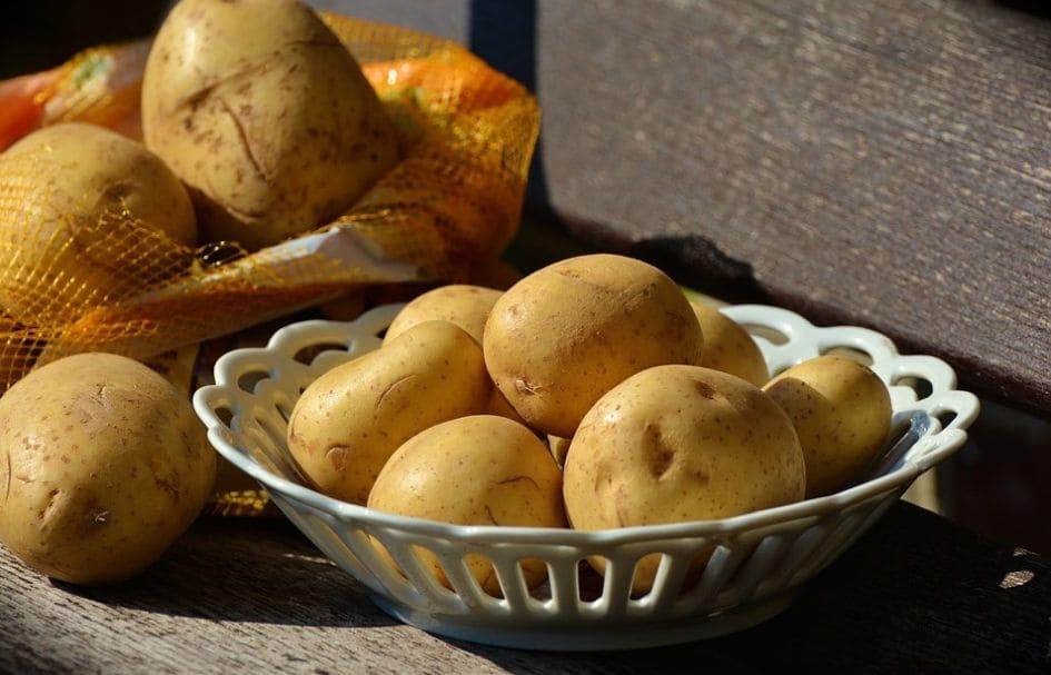 nieobrane ziemniaki o różnych kształtach
