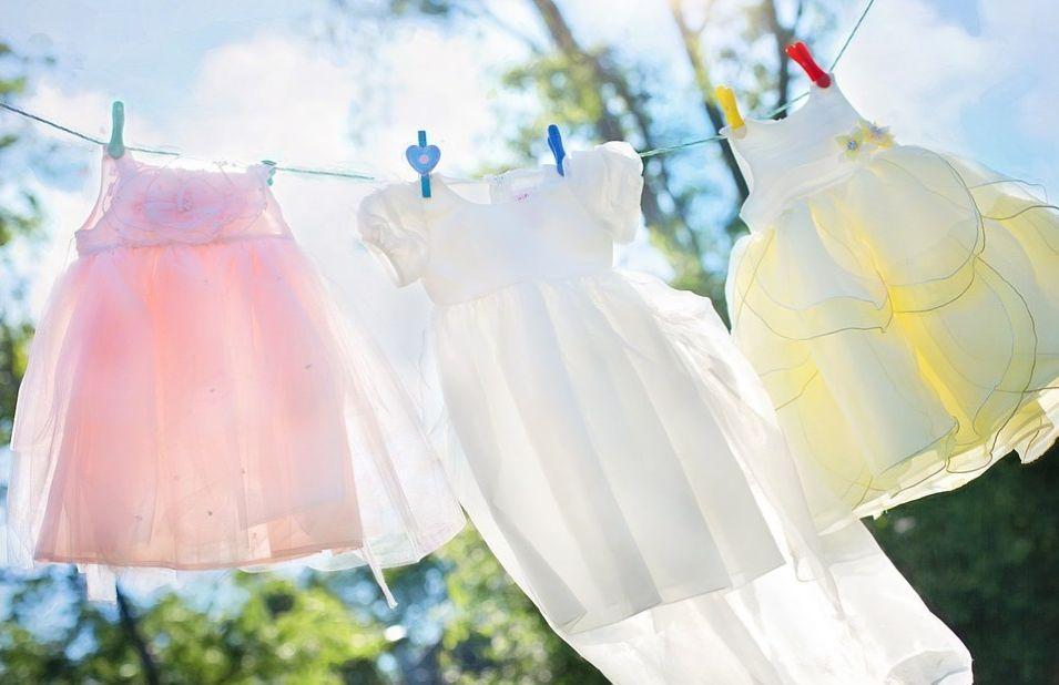 suszenie ubrań na słońcu i wietrze za pomocą sznurków