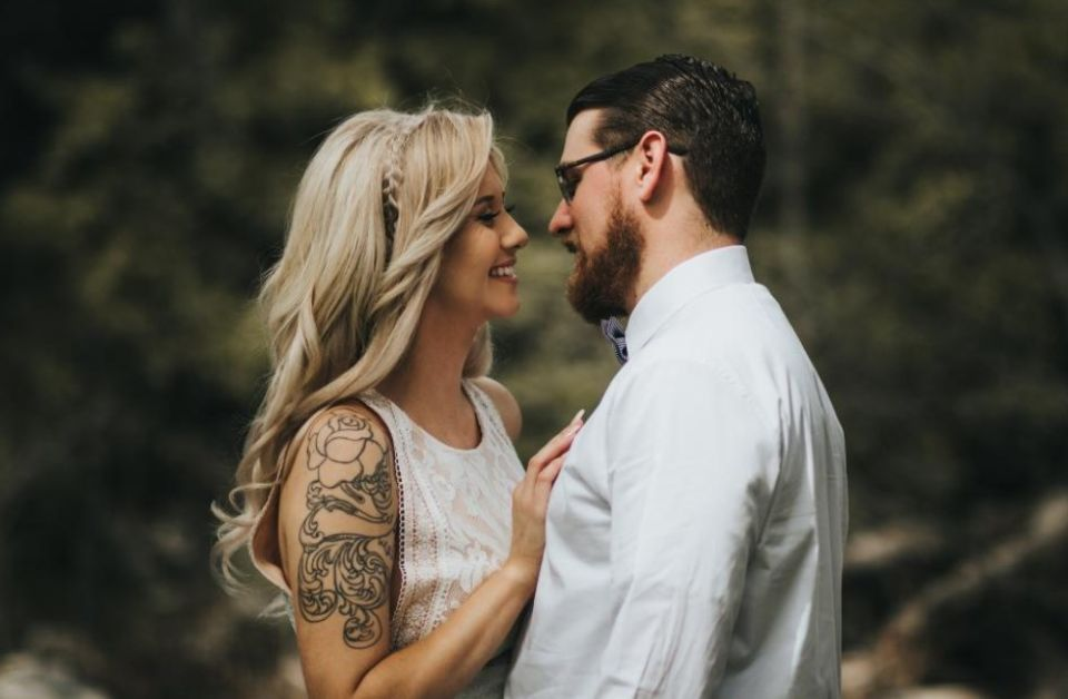 facet z brodą i jego blond dziewczyna