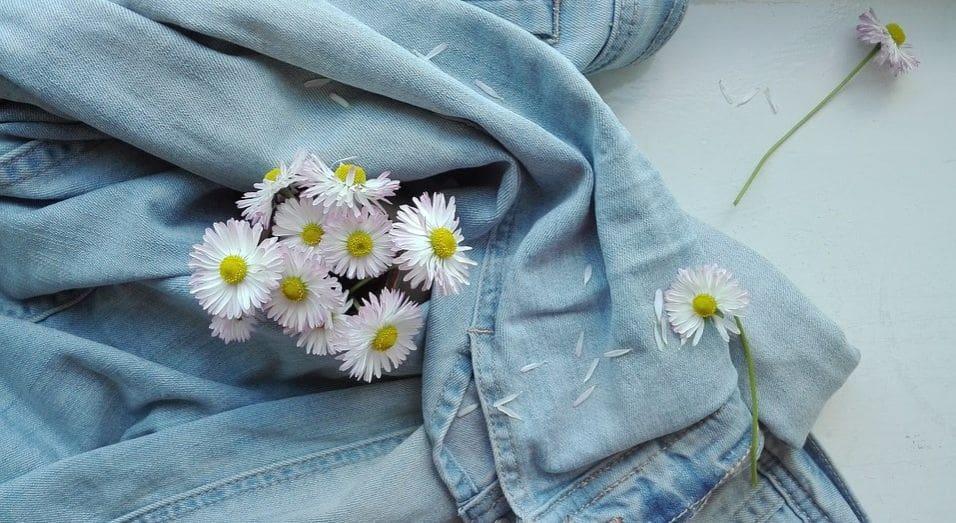 jeansowa kurtka a nie niej kwiatki