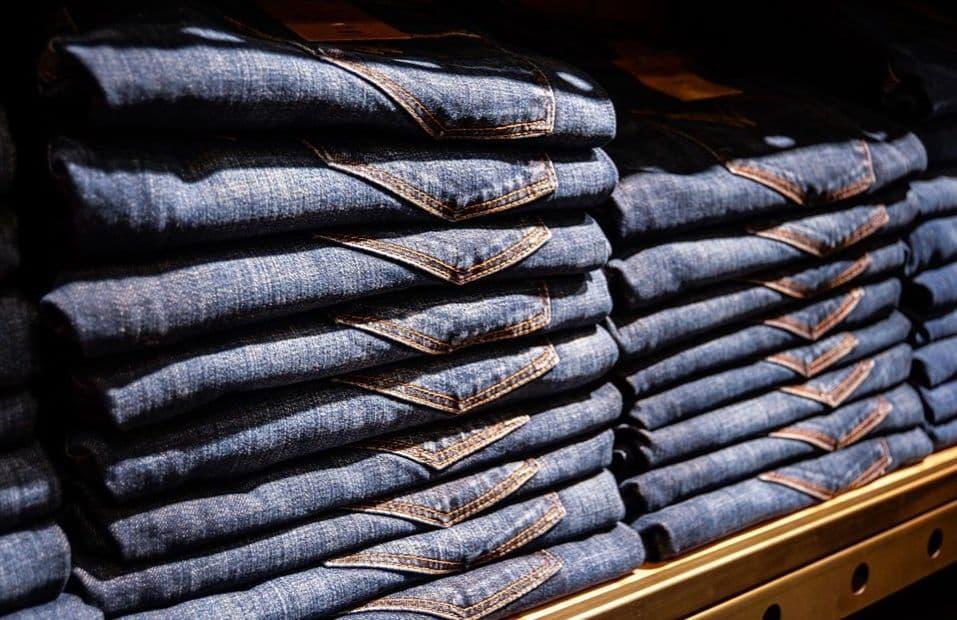 poskładane jeansy w sklepie