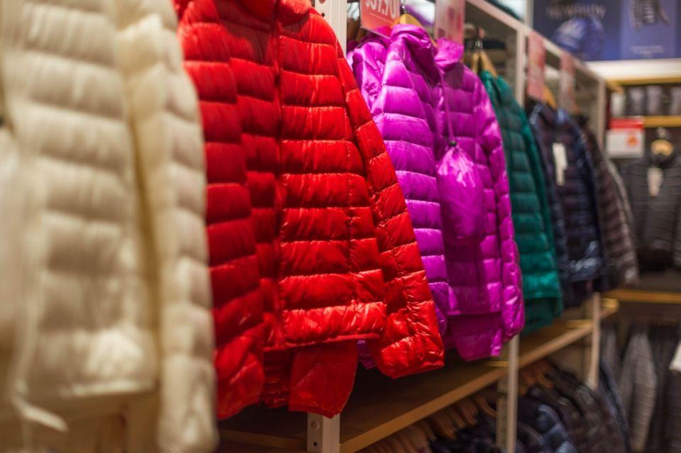 kolorowe kurtki puchowe w sklepie na wystawie