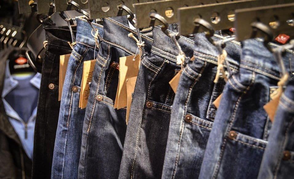 nowe jeansy wiszące w sklepie