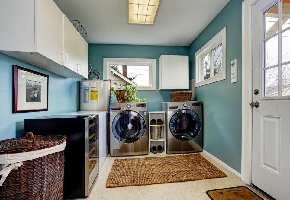 domowa pralna z pralką i suszarką