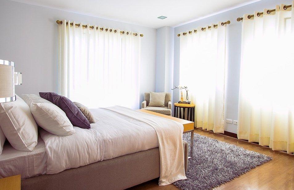 ładny pokój z firankami
