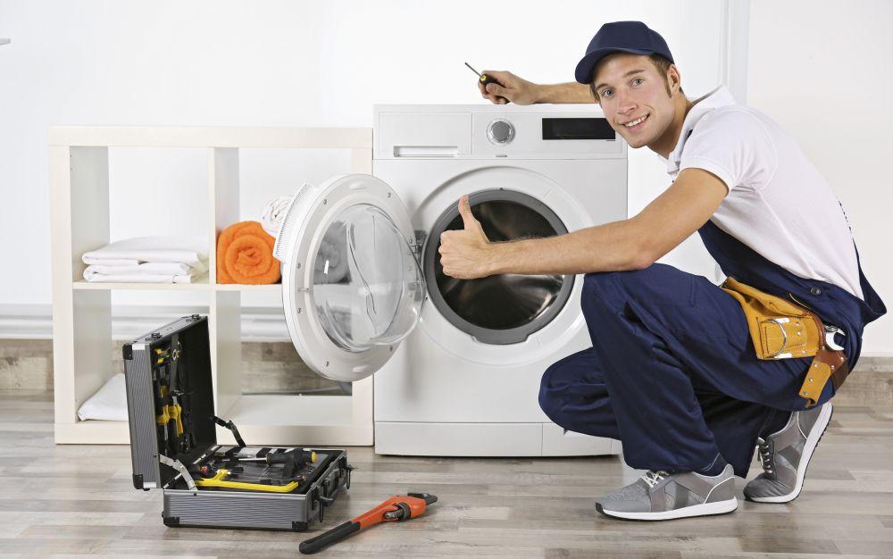 zadowolony serwisant po naprawie pralki