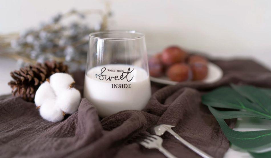 ozdobna szklaneczka z mlekiem